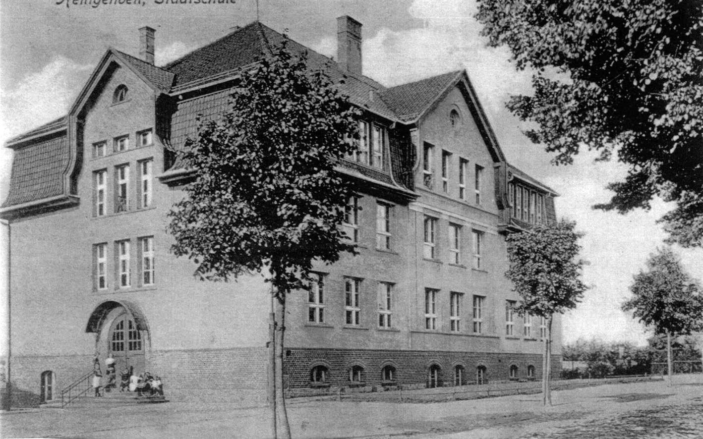 В этом здании располагается начальная школа. Год постройки здания 1909