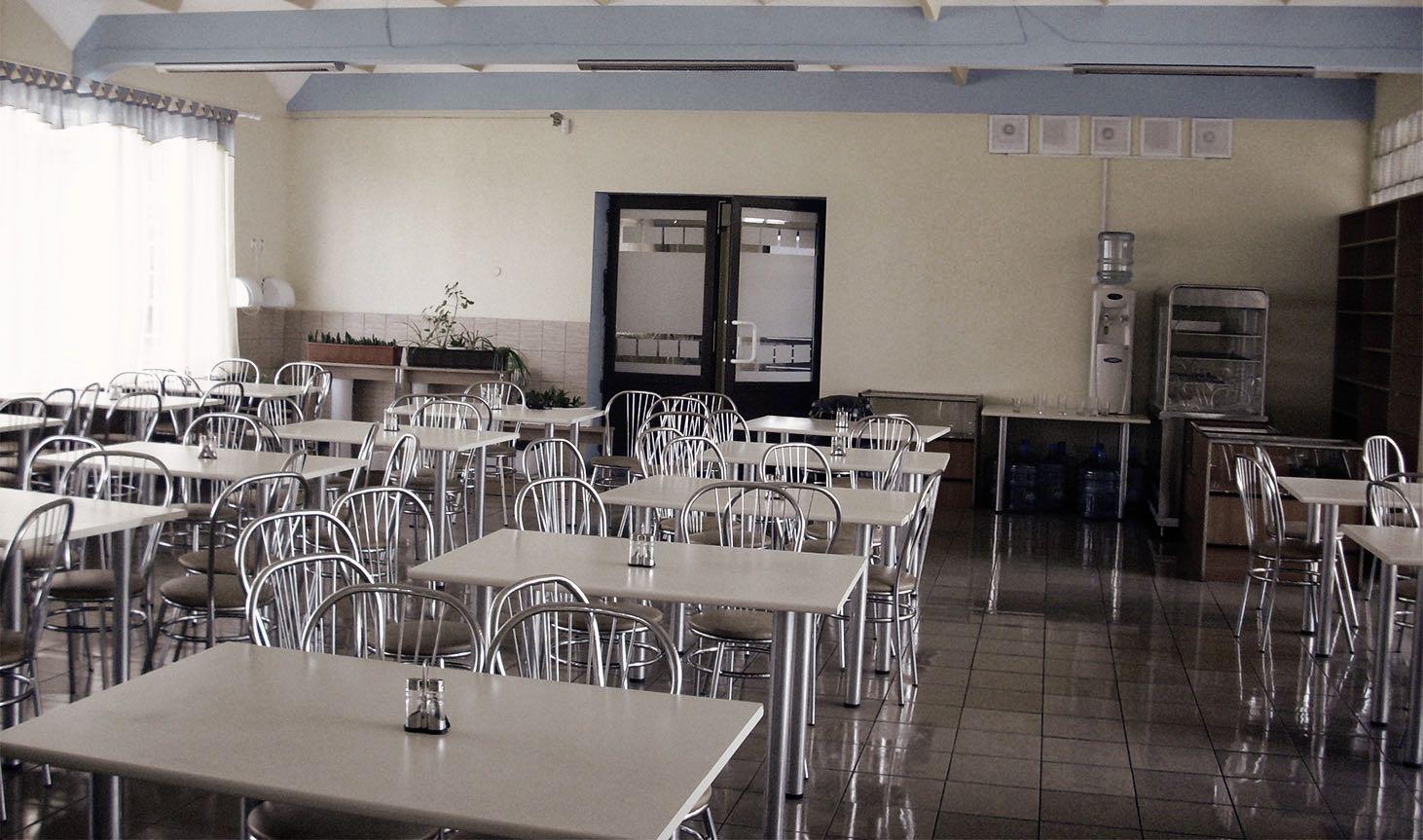Столы в школьной столовой